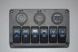 Console 6 interrupteurs + voltmètre + prise allume cigare + 2 USB